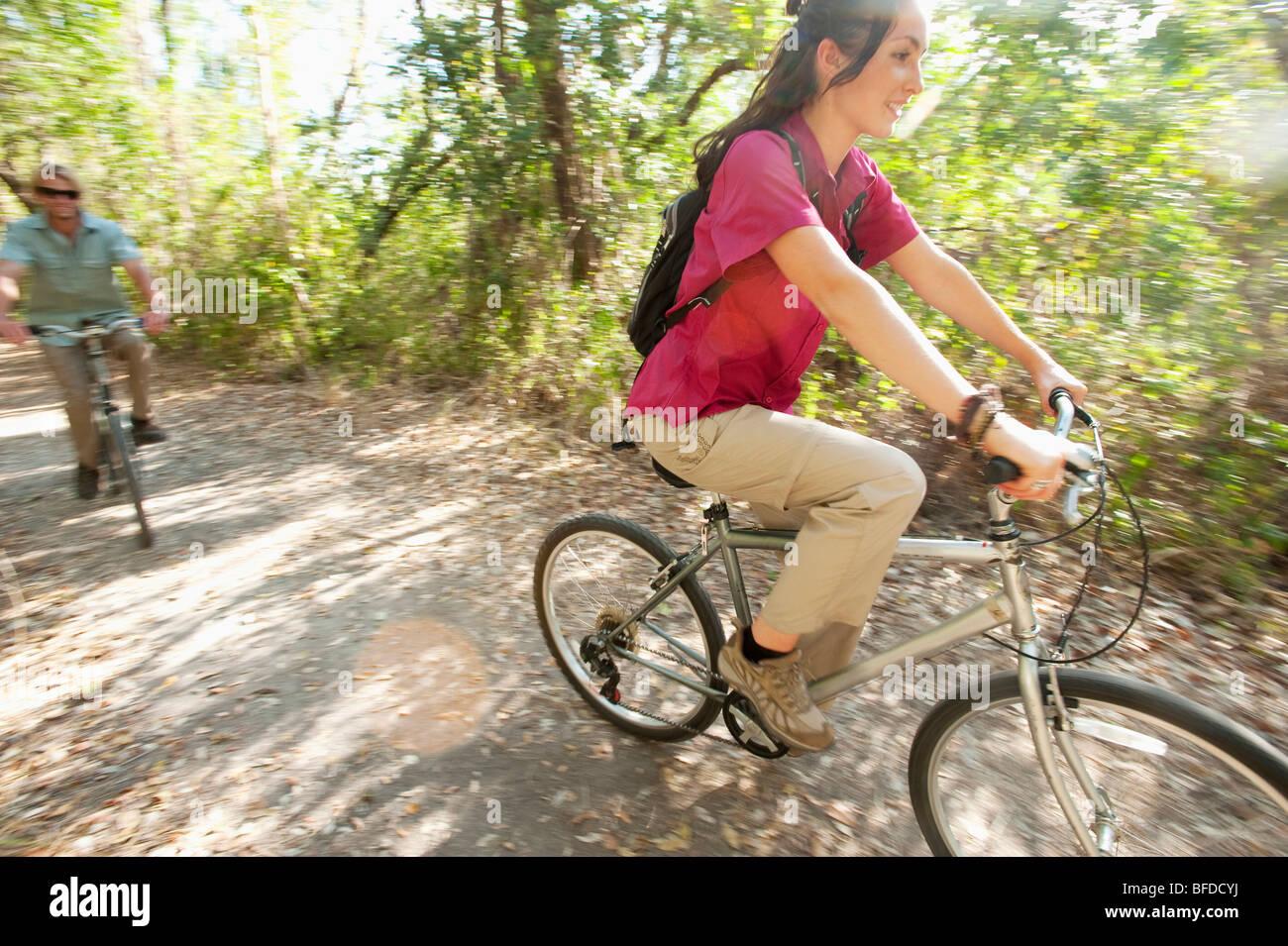 Un couple de la bicyclette dans le parc national des Everglades, en Floride. Photo Stock