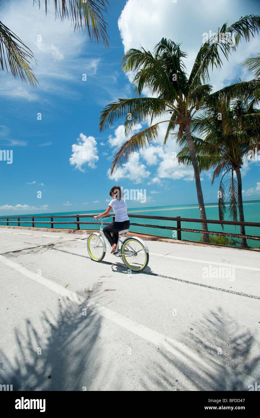 Une femme conduit une location en Floride. Banque D'Images