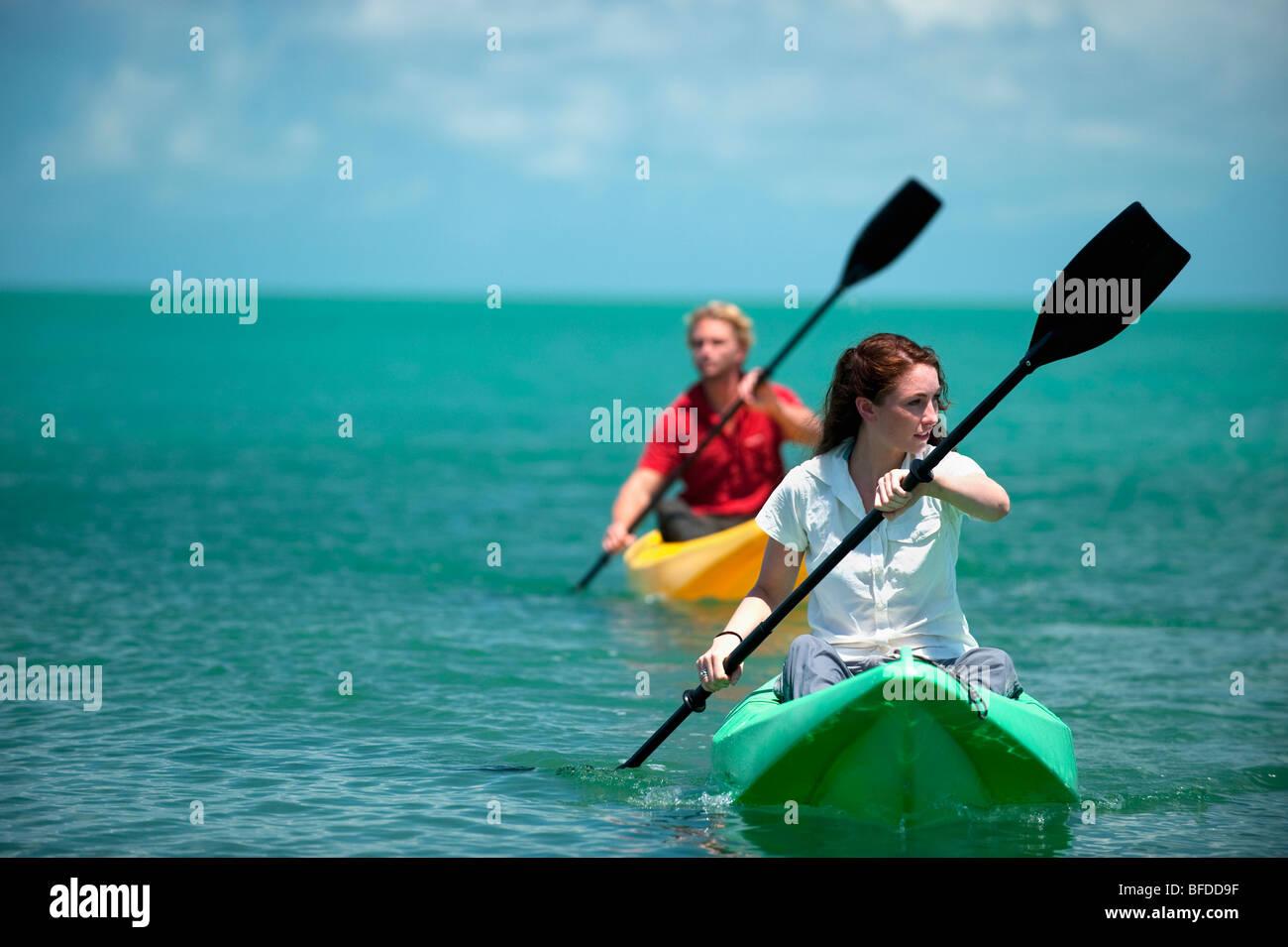 Un homme et une femme kayak en Floride. Photo Stock