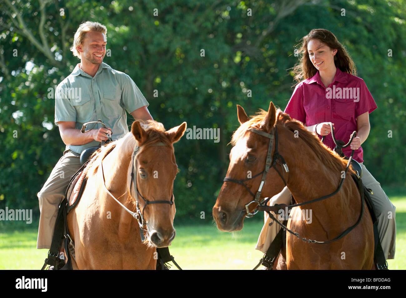 Un homme et une femme cheval Randonnée en Floride. Photo Stock