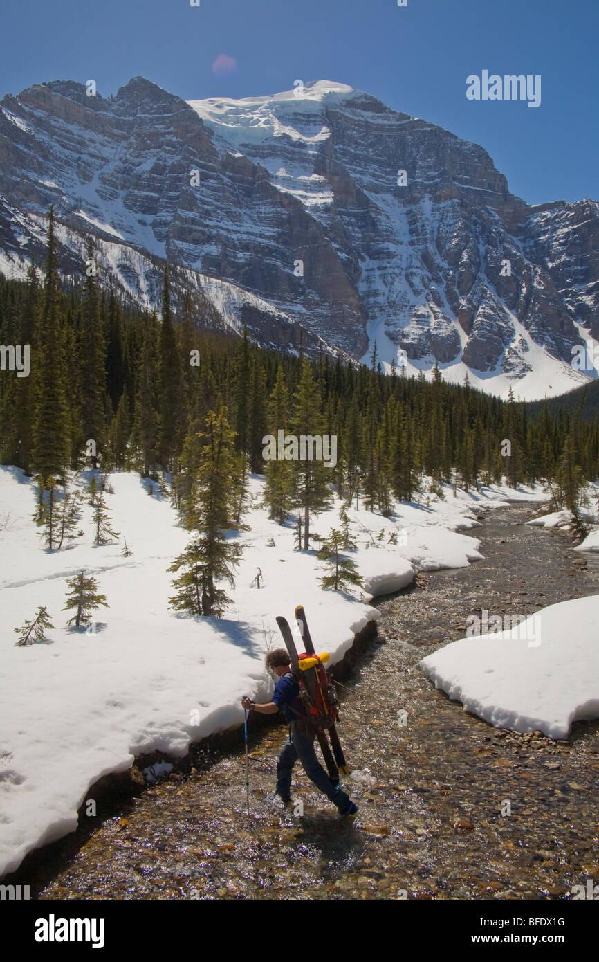 Un skieur faisant un River Crossing, dans la vallée du Paradis, Lake Louise, Banff National Park, Alberta, Photo Stock