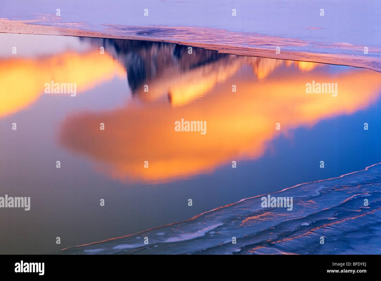 Sommet du mont Rundle reflétée dans les lacs Vermilion au coucher du soleil, Banff National Park, Alberta, Photo Stock