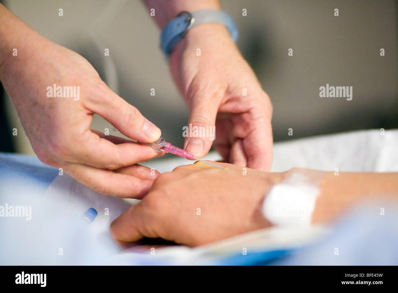 Close-up de main de femme sur le point de donner naissance à recevoir une solution intraveineuse, Châteauguay, Photo Stock