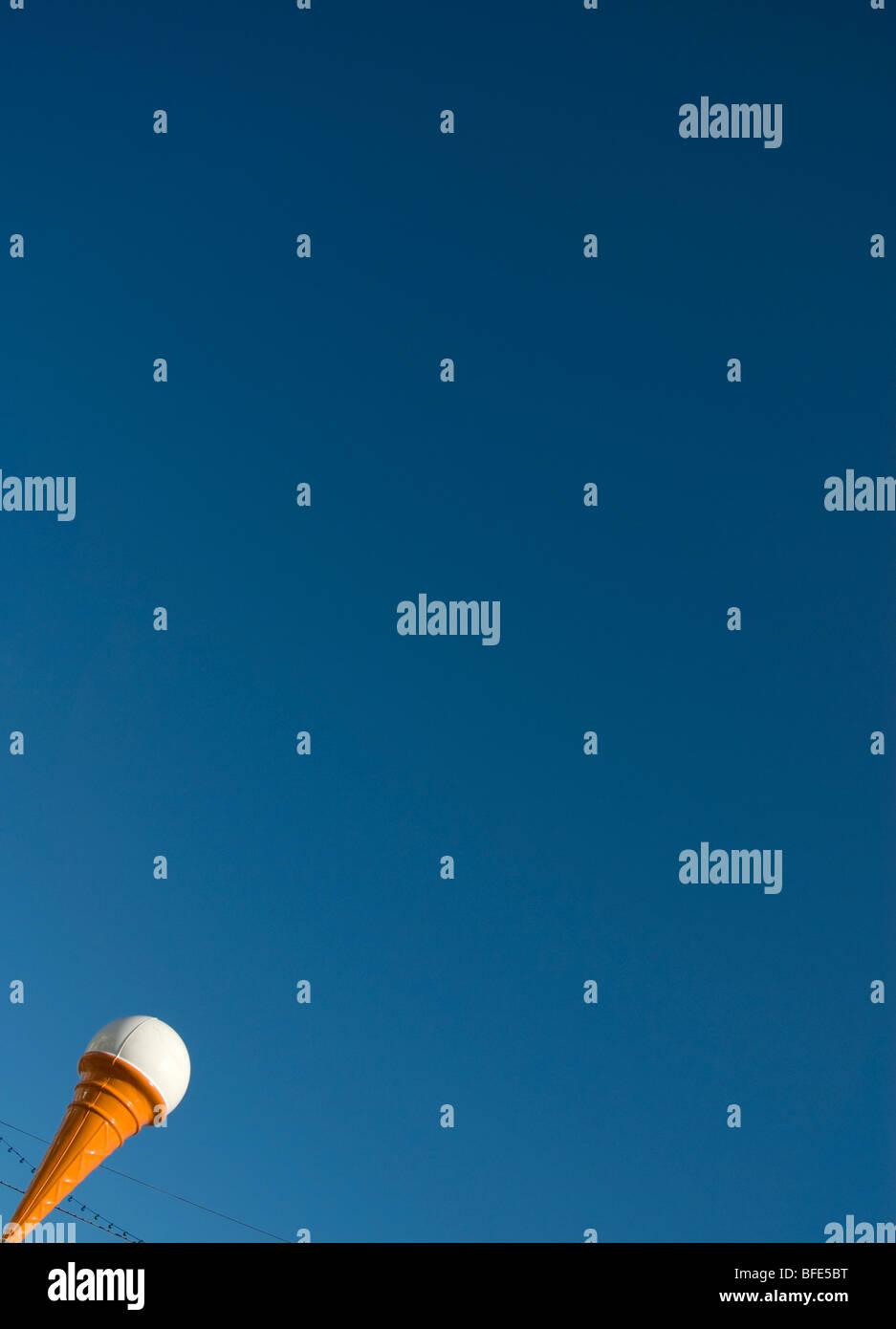 Cornet de crème glacée sous un ciel bleu Photo Stock