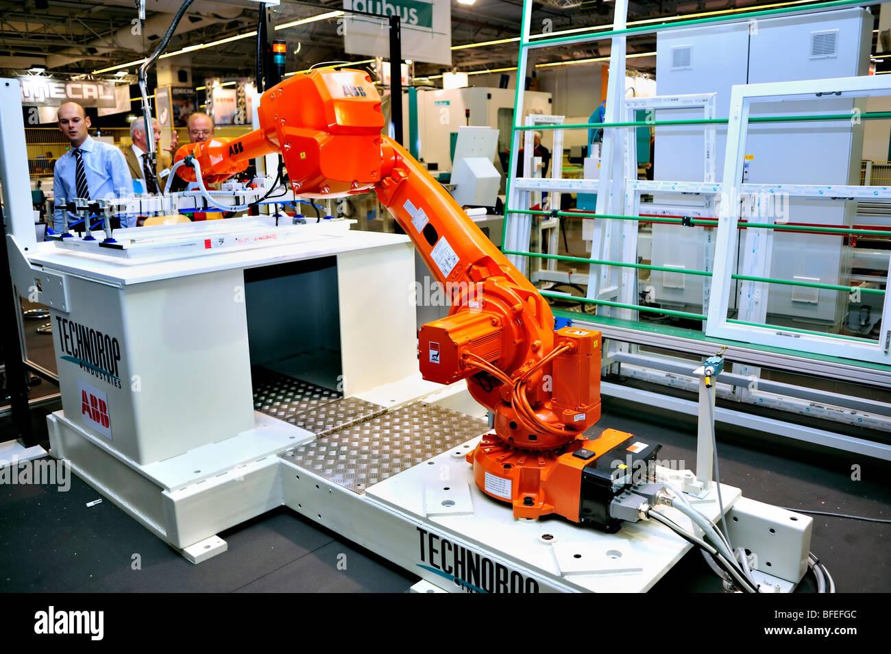 Paris, France, Inside Windows Manufacturing Factory, robot industriel, salon de l'équipement de construction, « Salon Batimat », intérieur industriel moderne Banque D'Images