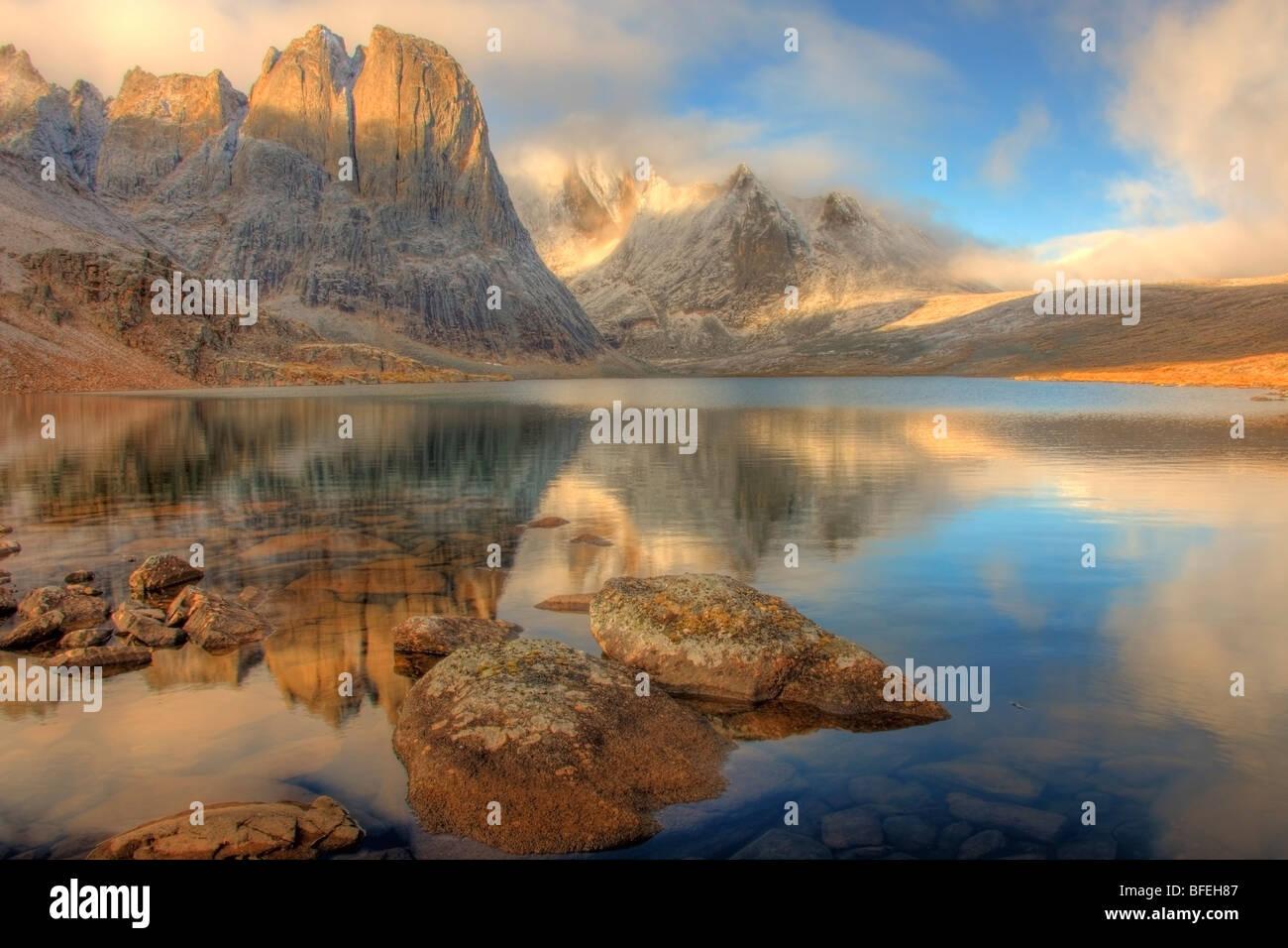 La lumière du matin sur le mont Monolith reflétant dans le lac diviser, Tombstone, Yukon, Canada Banque D'Images