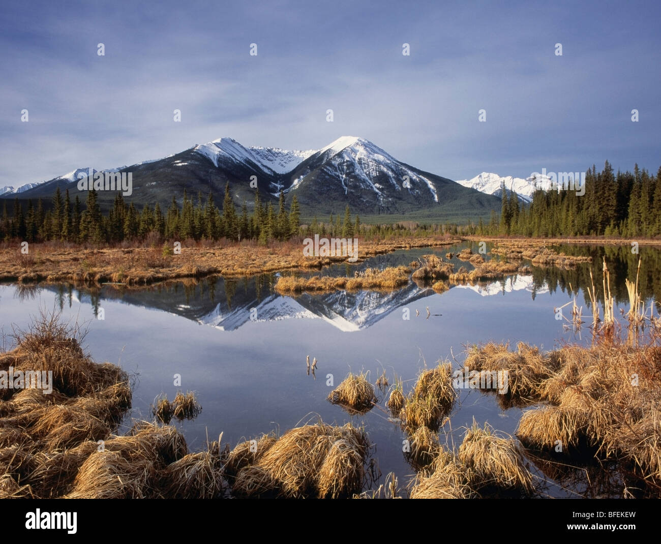 La gamme Sundance et le troisième lac Vermilion, Banff National Park, Alberta, Canada Photo Stock