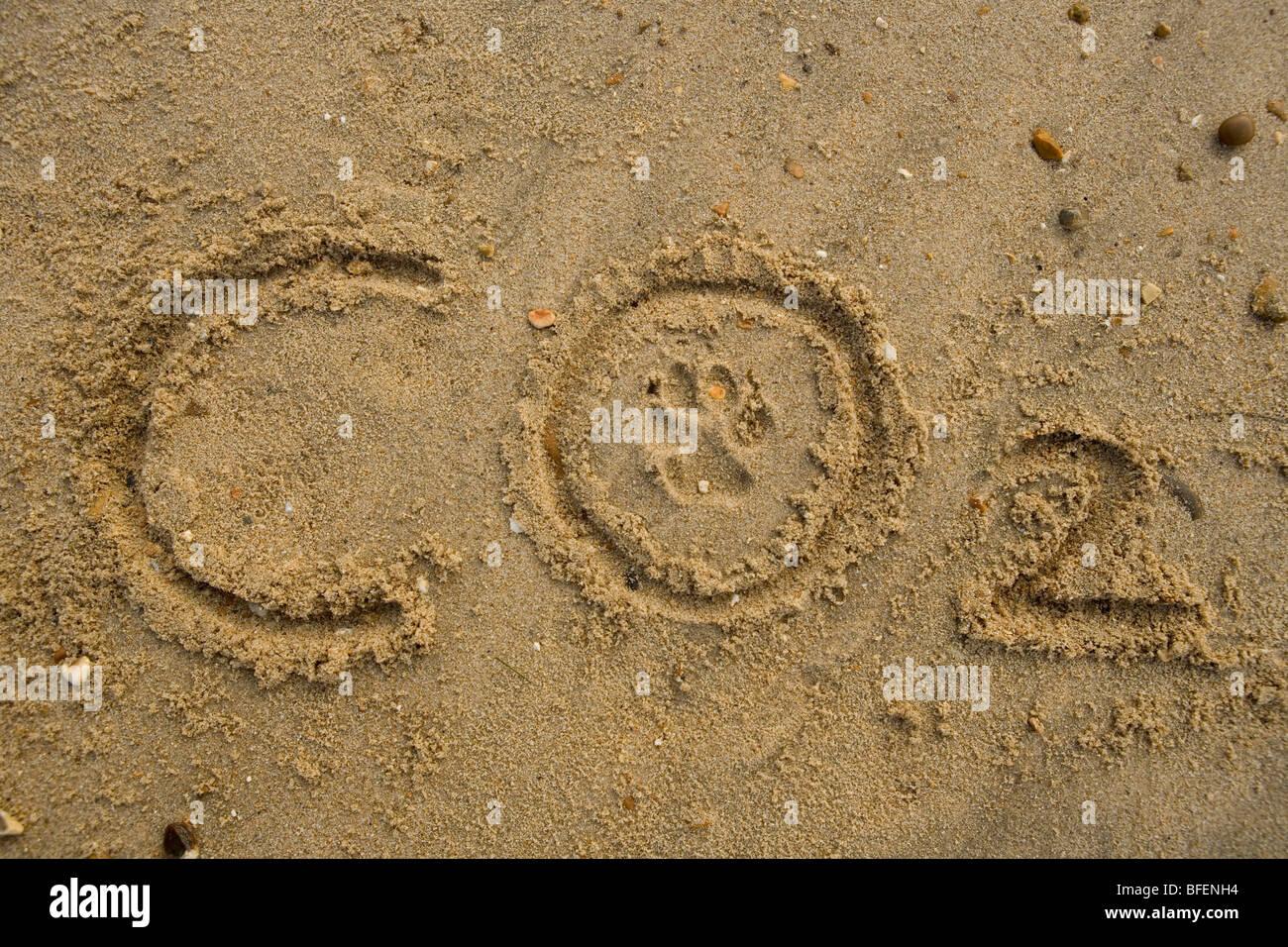 Empreinte carbone Co2 texte avec empreinte sur la plage de Gosport Photo Stock
