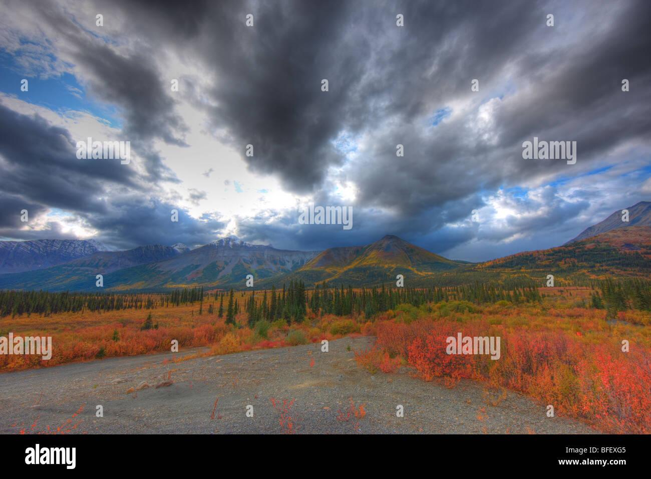 Ciel dégagé après une tempête le long de la route Canol Nord, au Yukon. Photo Stock