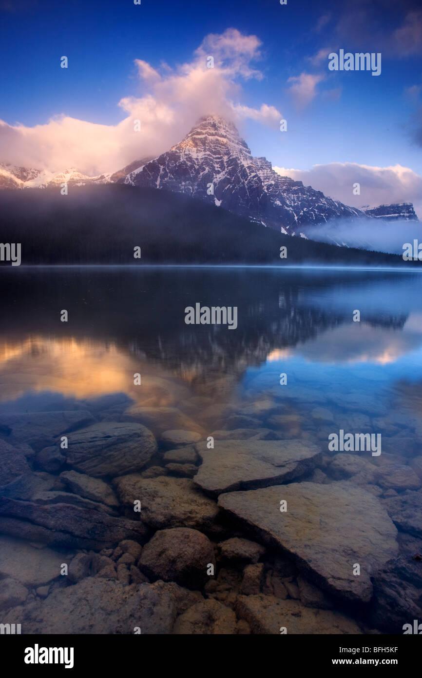 Mont Chephren se reflète dans l'eau du lac des oiseaux le long de la promenade des Glaciers dans le parc Photo Stock