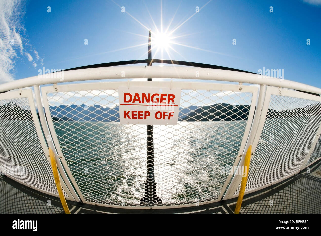 "Un signe sur un ferry railing membres ""Danger - Conserver à l'Off'. Photo Stock"