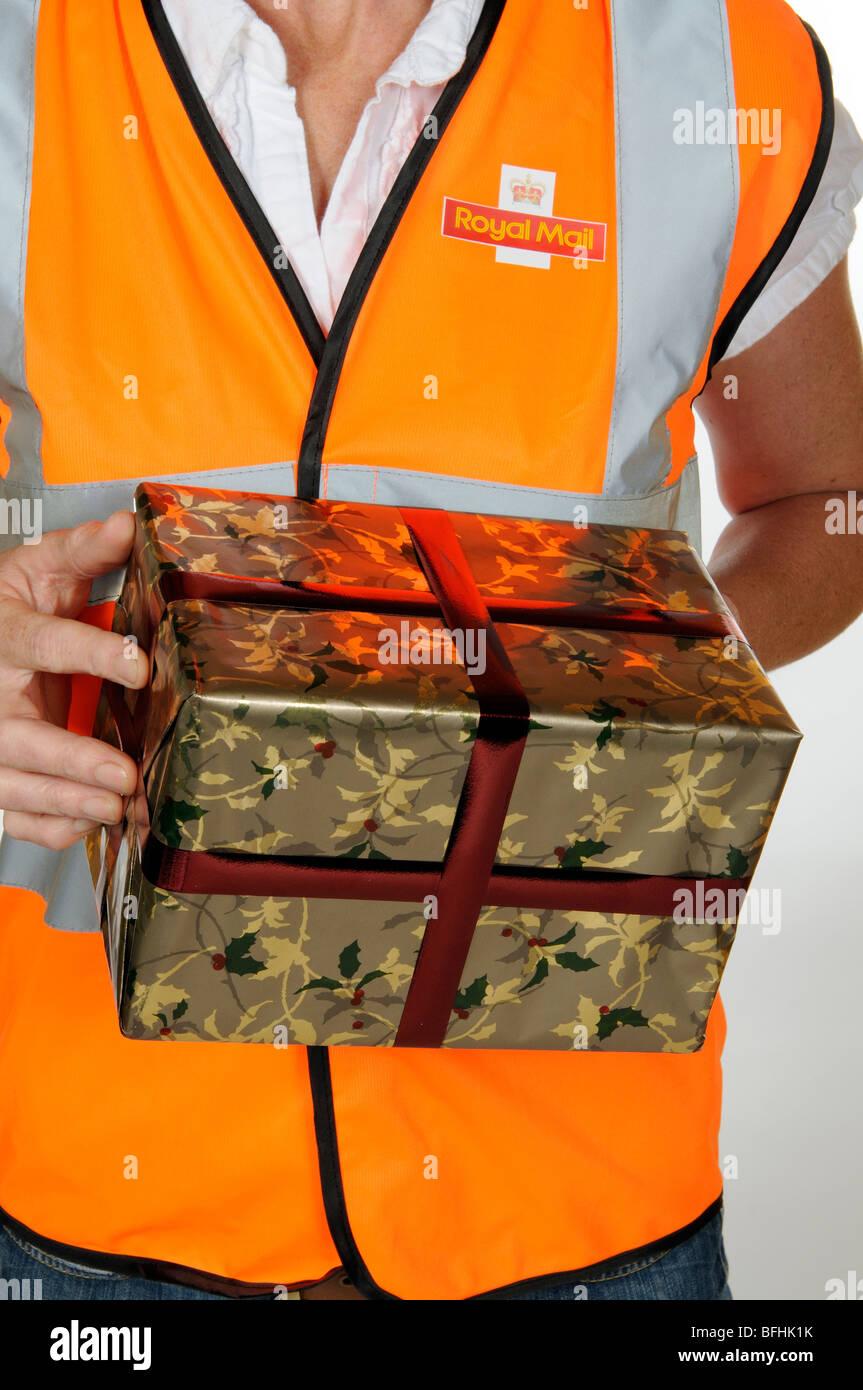 Boîte de Noël étant détenus par un travailleur des postes Banque D'Images
