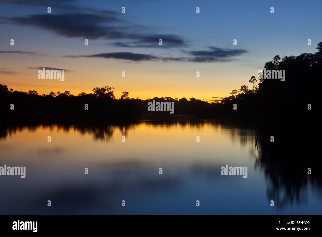 Le soleil se couche se terminant une autre belle journée en Amazonie. Photo Stock
