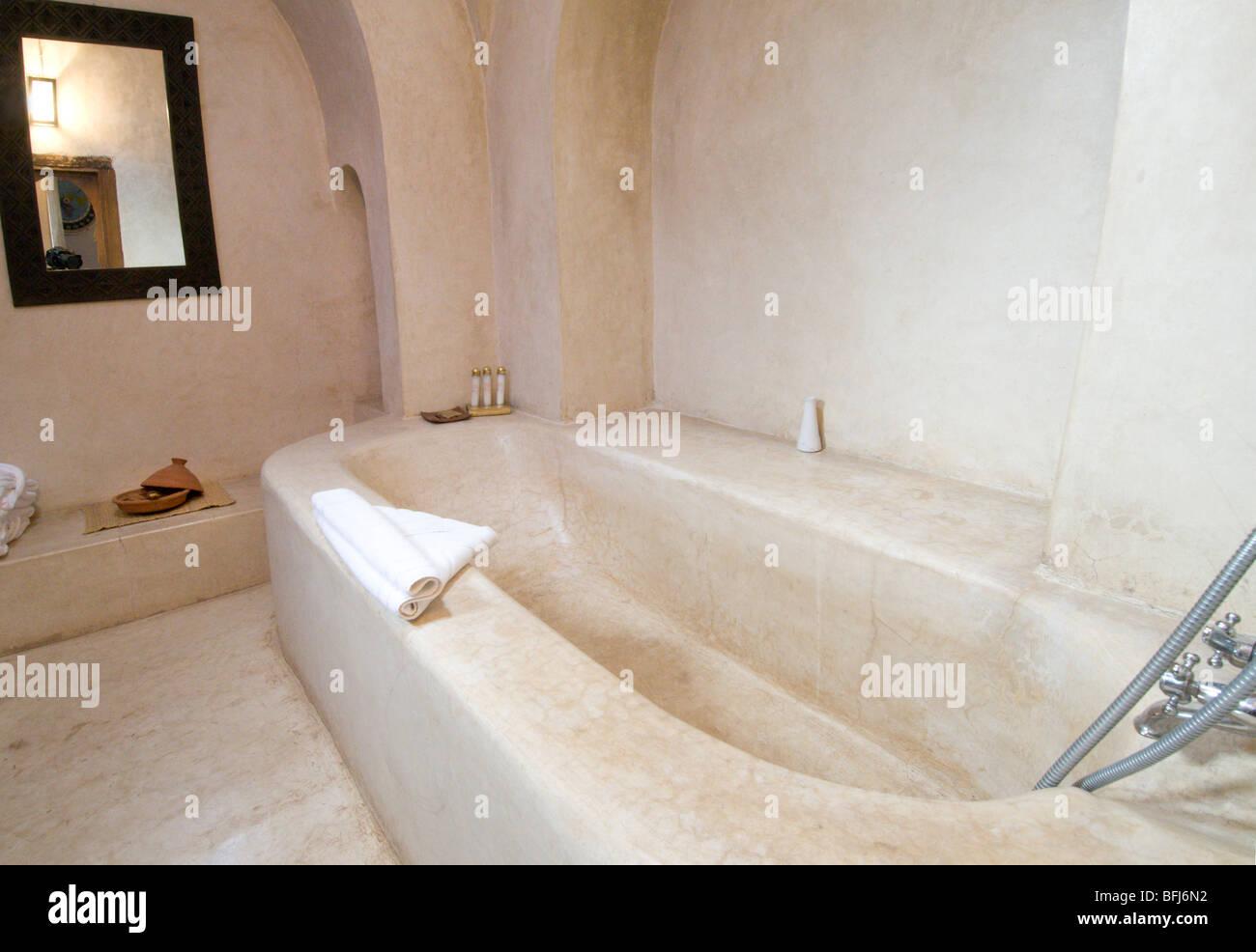 Le Maroc, Marrakech, Riad Caravanserai, salle de bains avec murs en ...