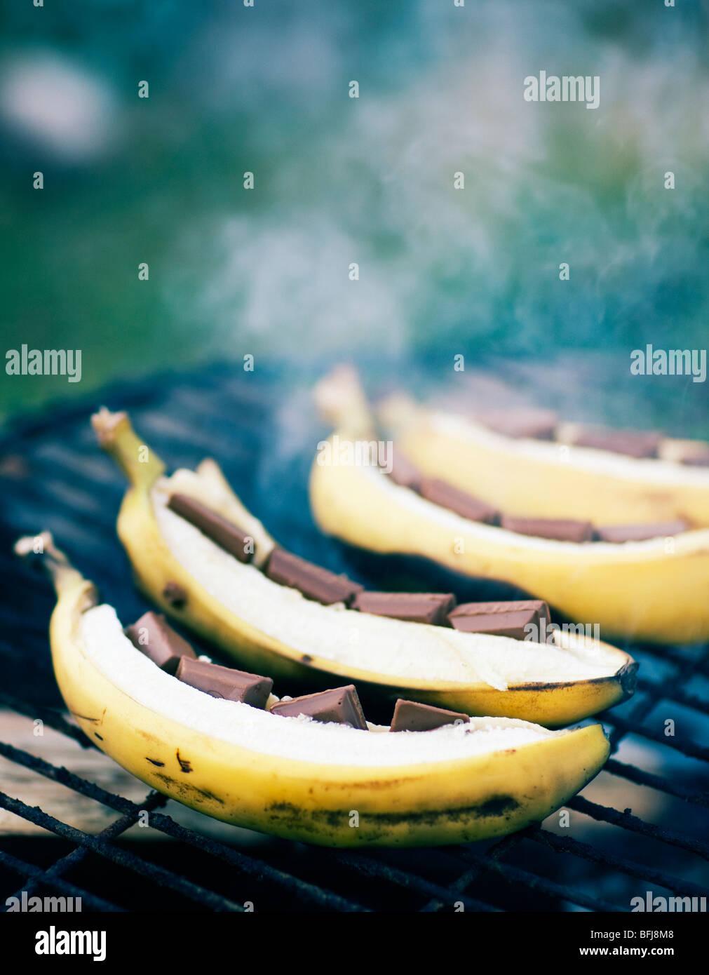 La banane avec du chocolat sur un barbecue, la Suède. Photo Stock