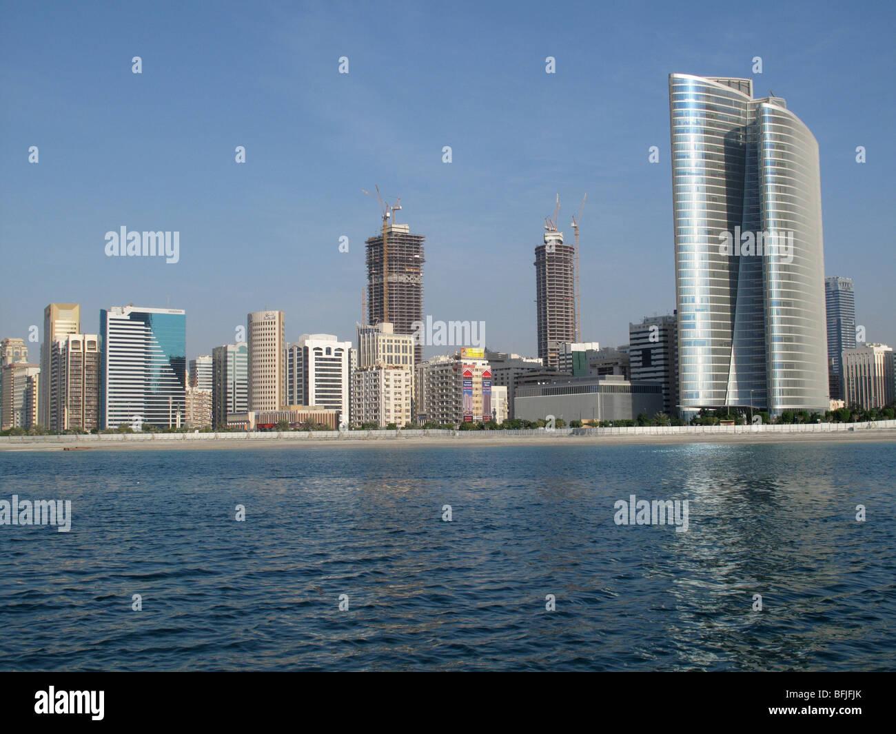 De grands bâtiments modernes en bord de mer sur la Corniche, Abu Dhabi, UAE Photo Stock