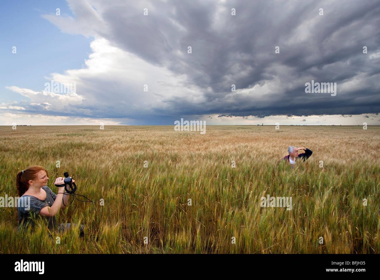 Storm Chaser Tim Marshall (à droite) et un journaliste (à gauche) dans une prairie champ dans l'ouest Photo Stock