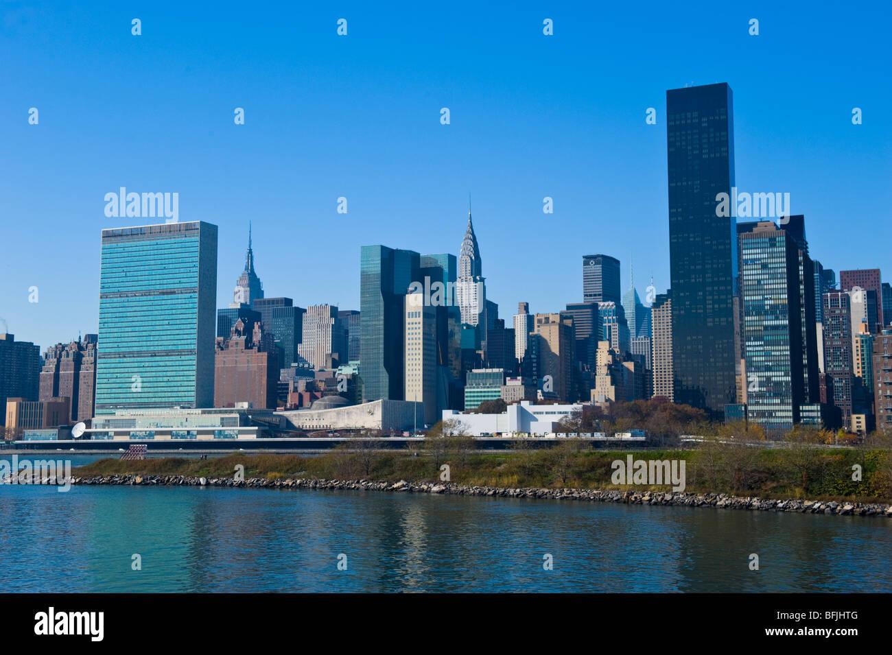 New York City , la Grande Pomme , Manhattan skyline avec bâtiment DES NATIONS UNIES à partir de l'eau Photo Stock