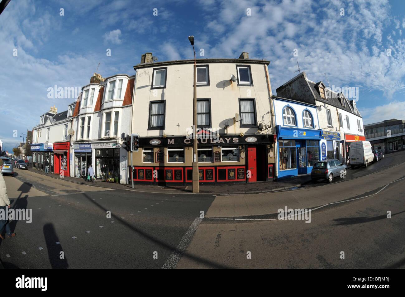 Un pub et boutiques dans la ville balnéaire de Largs en Ecosse. Photo Stock