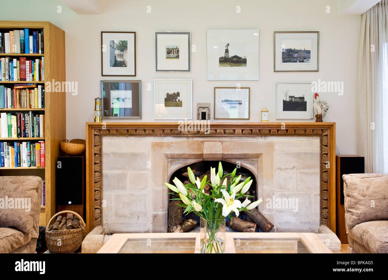 Contemporain moderne salon élégant avec cheminée en pierre ...