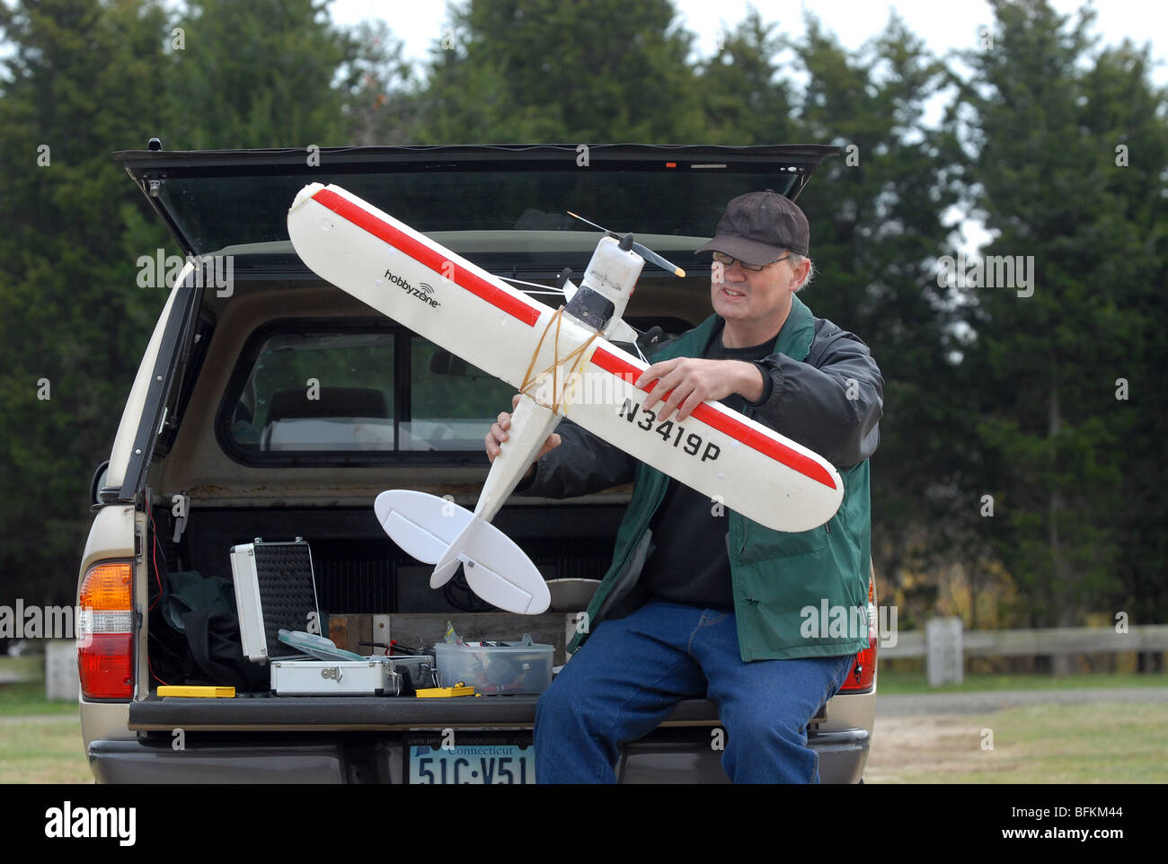 Un homme travaille sur son modèle réduit d'avion qu'il pilotait à Hammonasset Beach State Photo Stock