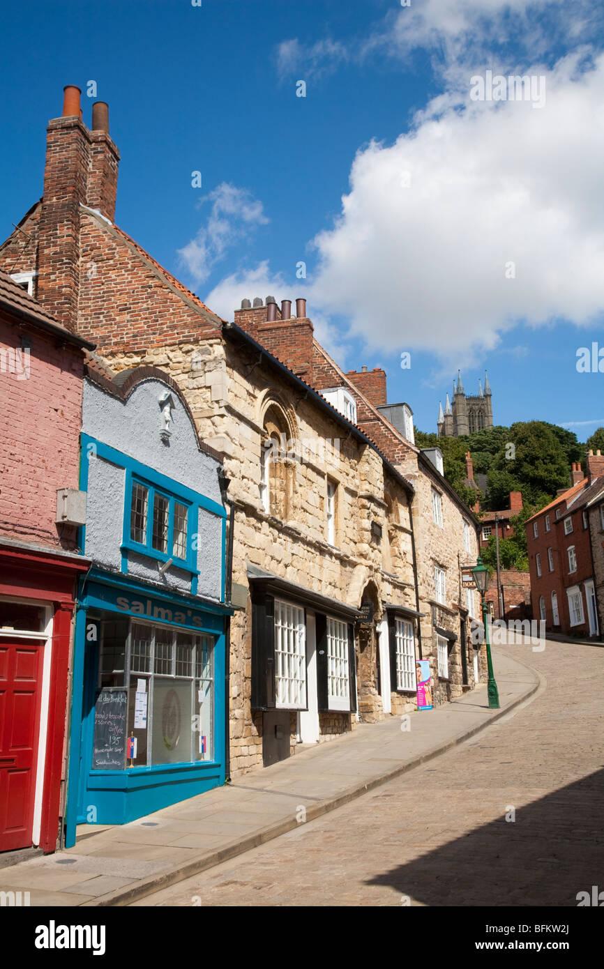 Côte raide à Lincoln avec la cathédrale, des magasins et du juif House Restaurant, Lincolnshire, Photo Stock
