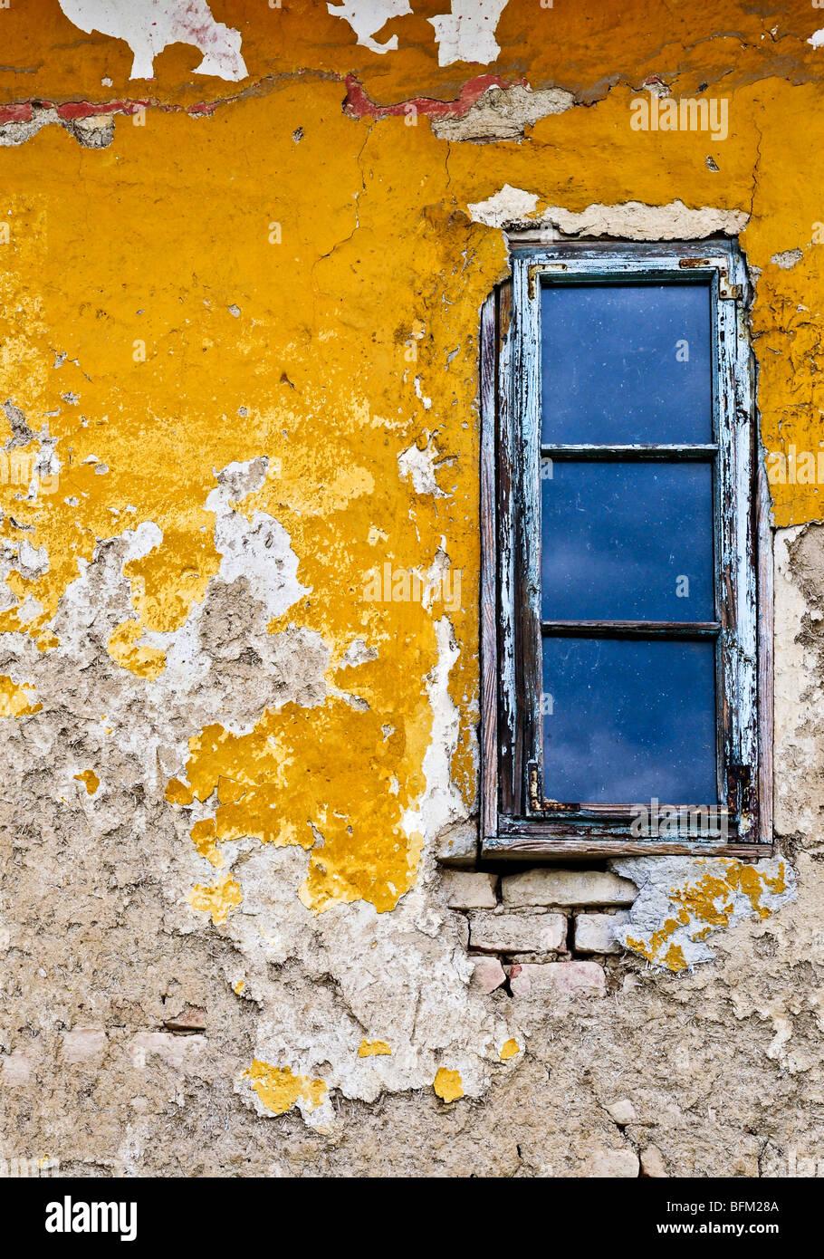 Old weathered mur peint et fenêtre pour grunge background Photo Stock