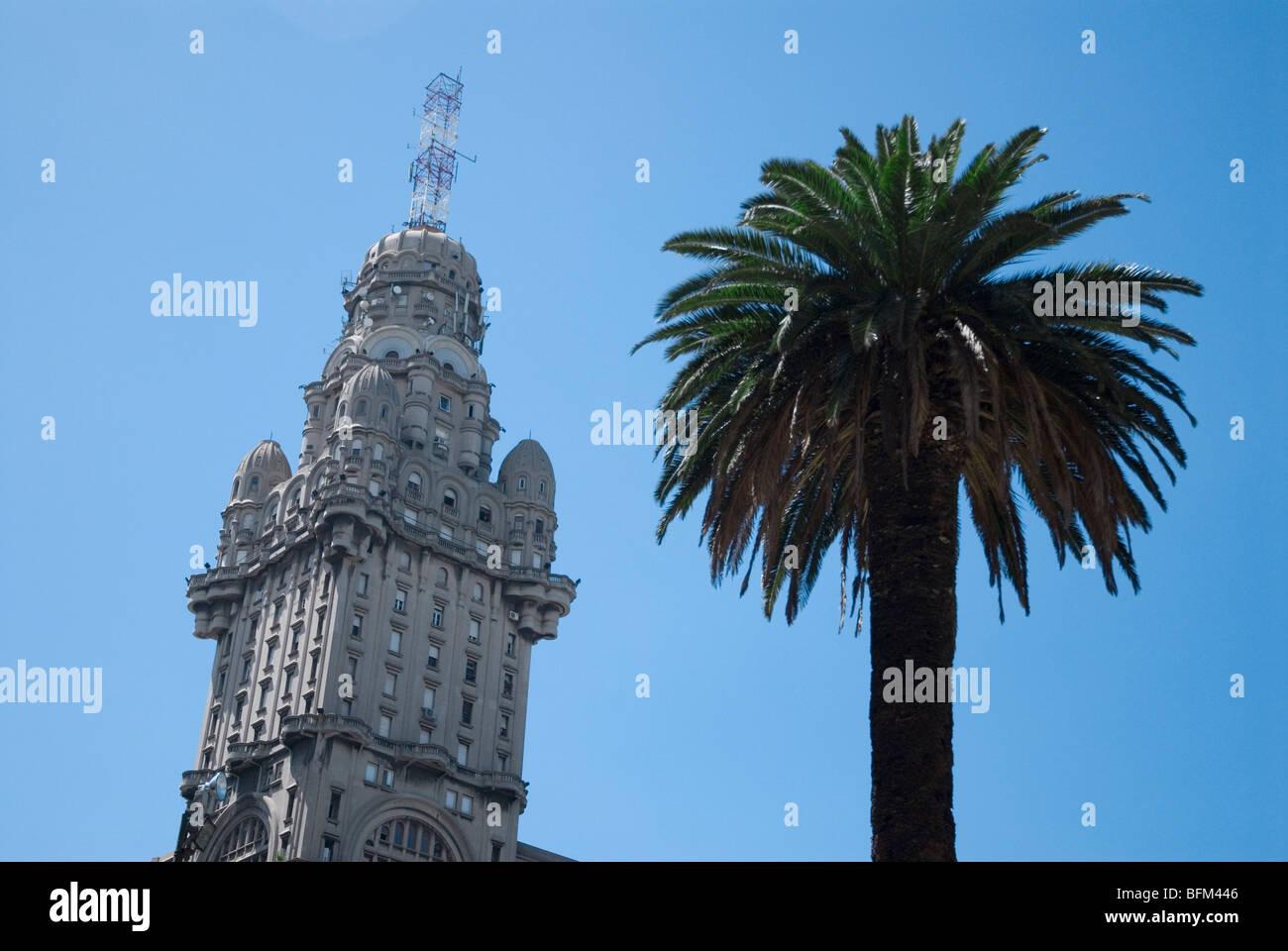 Le Palacio Salvo, conçu par Mario Palanti sur la Plaza Indepedencia, Montevideo, Uruguay Photo Stock