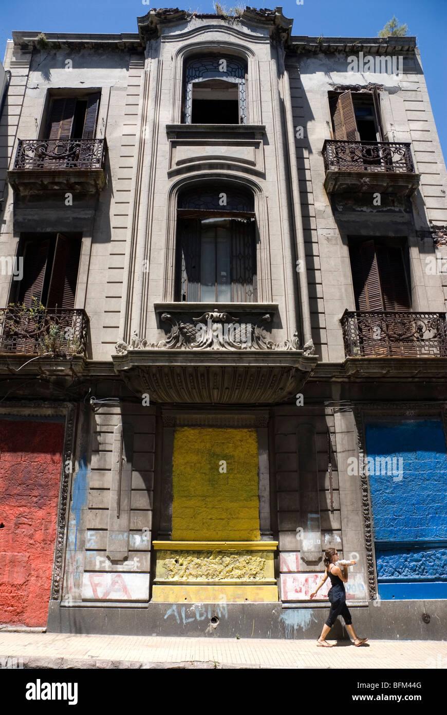 Serveuse offrir le déjeuner dans la Ciudad Vieja (vieille ville de Montevideo, Uruguay Photo Stock