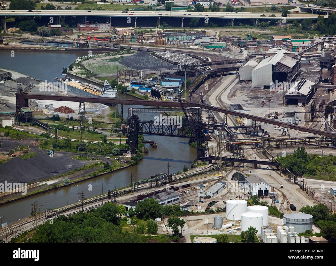Vue aérienne au-dessus de la zone industrielle de Cleveland Ohio steel mills rivière Cuyahoga Photo Stock