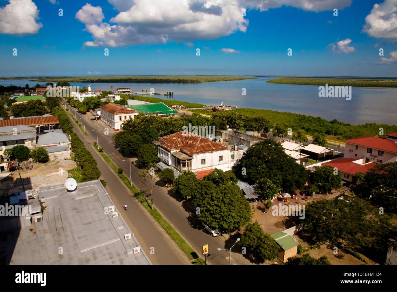 Le Mozambique, Quelimane. Une vue de Quelimane depuis le haut de l'hôtel Chuabo sur Avenida Samora Machel. Photo Stock
