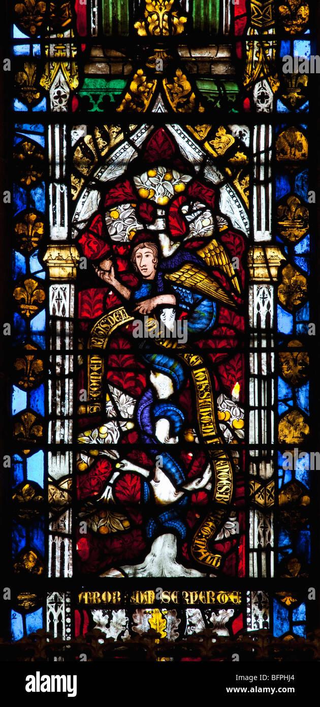 panneau de vitrail montrant serpent dans jardin deden intrieur 14e sicle cathdrale de wells somerset england uk united kingdom