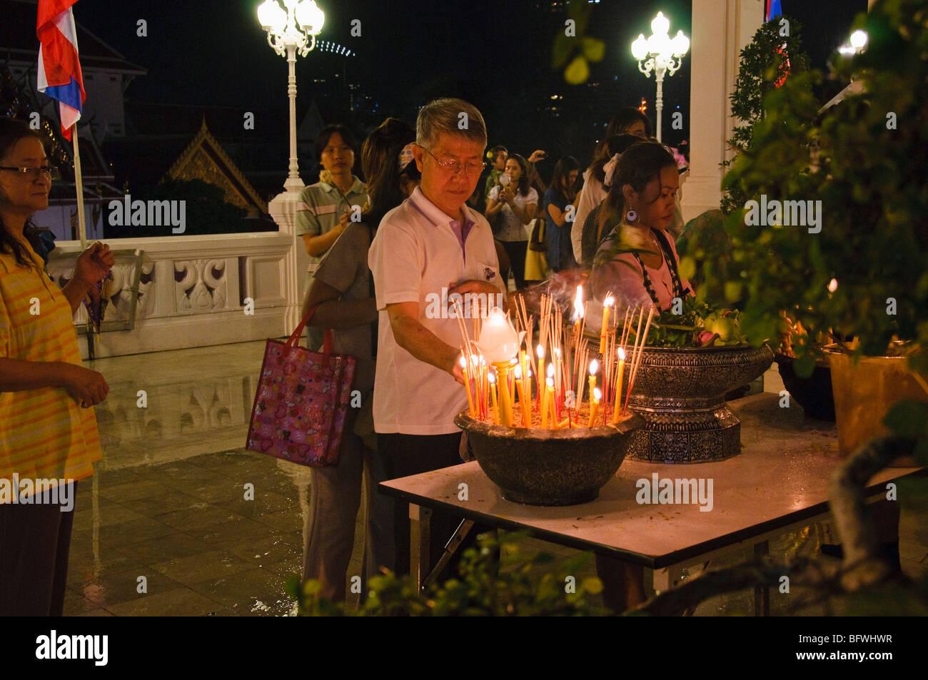 Maison de vacances Asalha Puja, Bouddha Day, temple Wat Yan Nawa, Bangkok, Thaïlande. Photo Stock