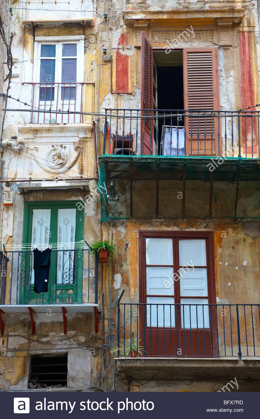 Maisons délabrées pauvres de la vieille ville de Palerme, Sicile Photo Stock