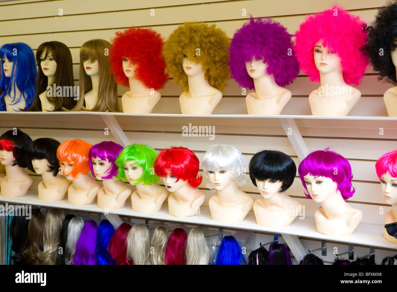 Perruques colorées sur l'écran d'affichage Photo Stock