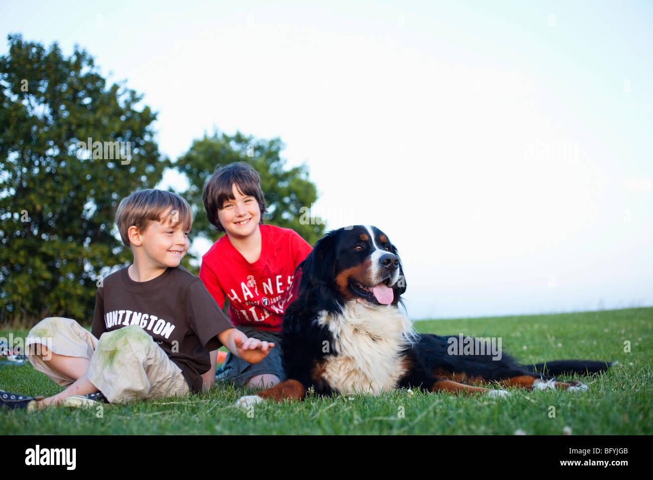 Deux garçons avec gros chien Photo Stock