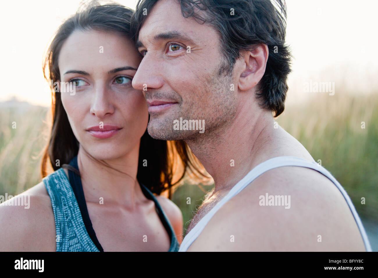 Couple à la recherche autour de at beach Photo Stock