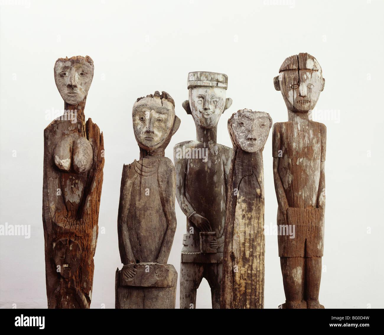 Guardian figures sculptées dans le bois, près de villages pour la protection contre les mauvais esprits, Photo Stock