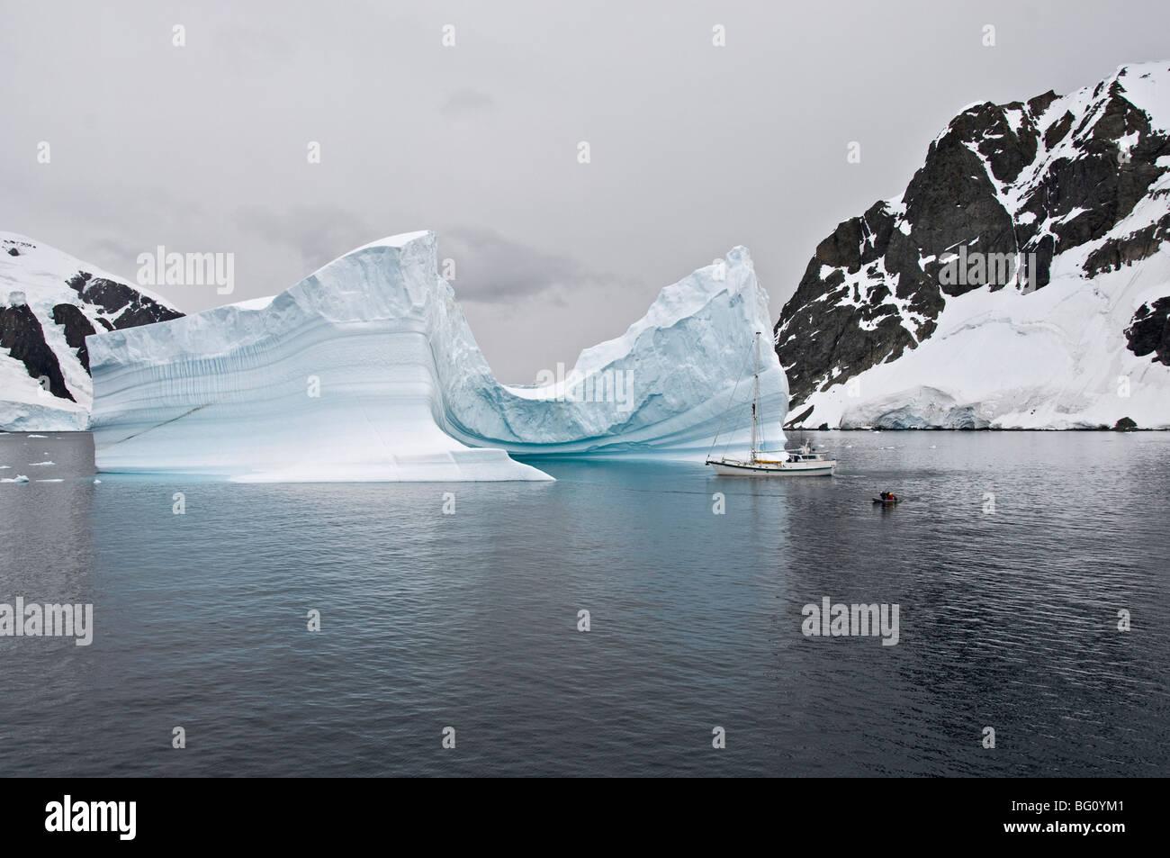 Yacht à voile et iceberg, Canal Errera, Péninsule Antarctique, l'Antarctique, régions polaires Photo Stock