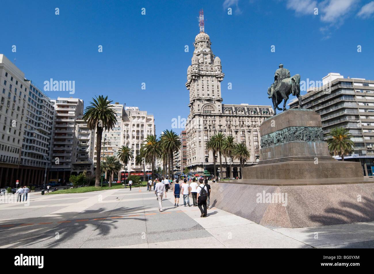 Palacio Salvo, sur le côté est de la Plaza Independencia (Place de l'indépendance), Montevideo, Photo Stock