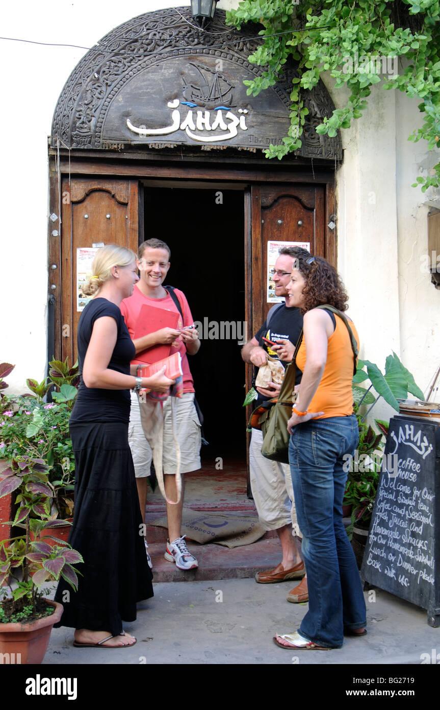 Les touristes à Ndia Kuu, Vieille Ville, Mombasa, Kenya Photo Stock