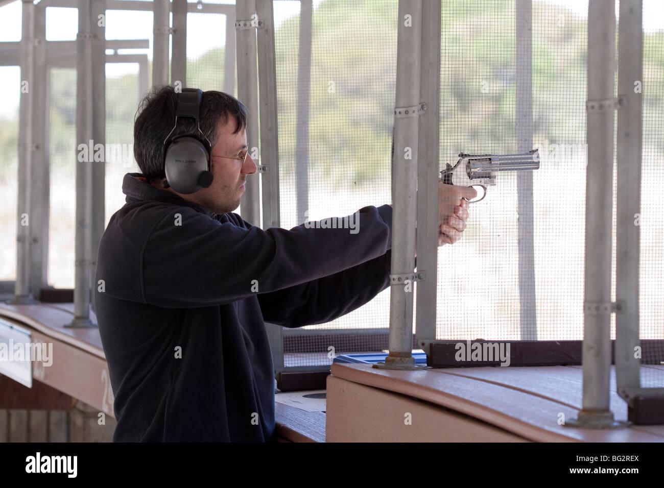 Prise de l'homme 686 revolver à Los Altos Club de chasse et de tir en plein air Photo Stock
