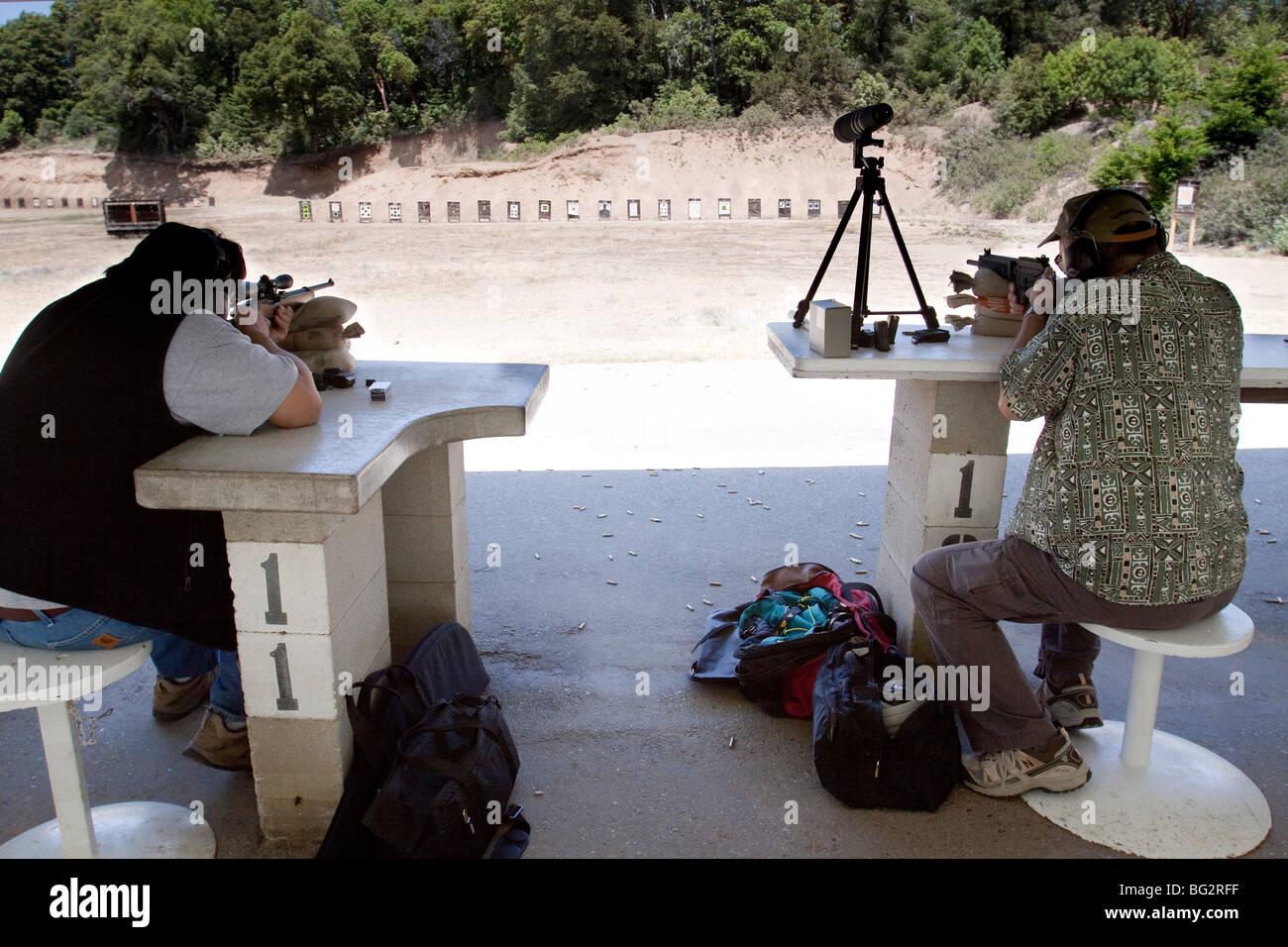 Deux hommes le tir sur cible avec Ruger 10/22 rifles au Los Altos Club de chasse et de tir en plein air Photo Stock