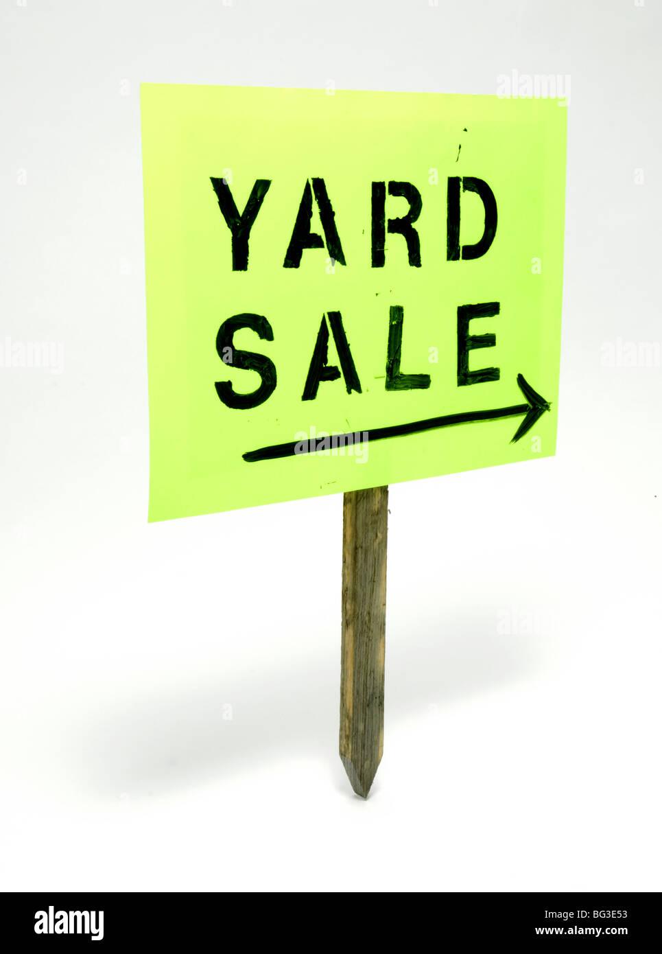 Yard Sale signe avec une flèche sur un poste en bois Photo Stock