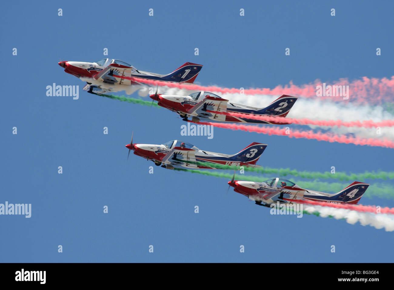 L'équipe de Pioneer battant leur Alpi Aviation 300 Hawks en formation serrée Photo Stock