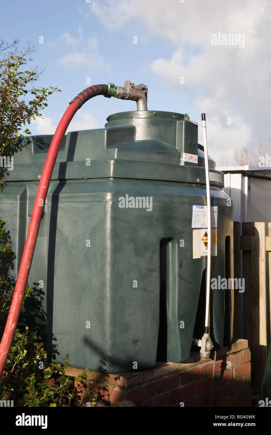 La Grande-Bretagne, Royaume-Uni, Europe. Remplissage d'un réservoir d'huile domestique avec tuyau d'alimentation Photo Stock