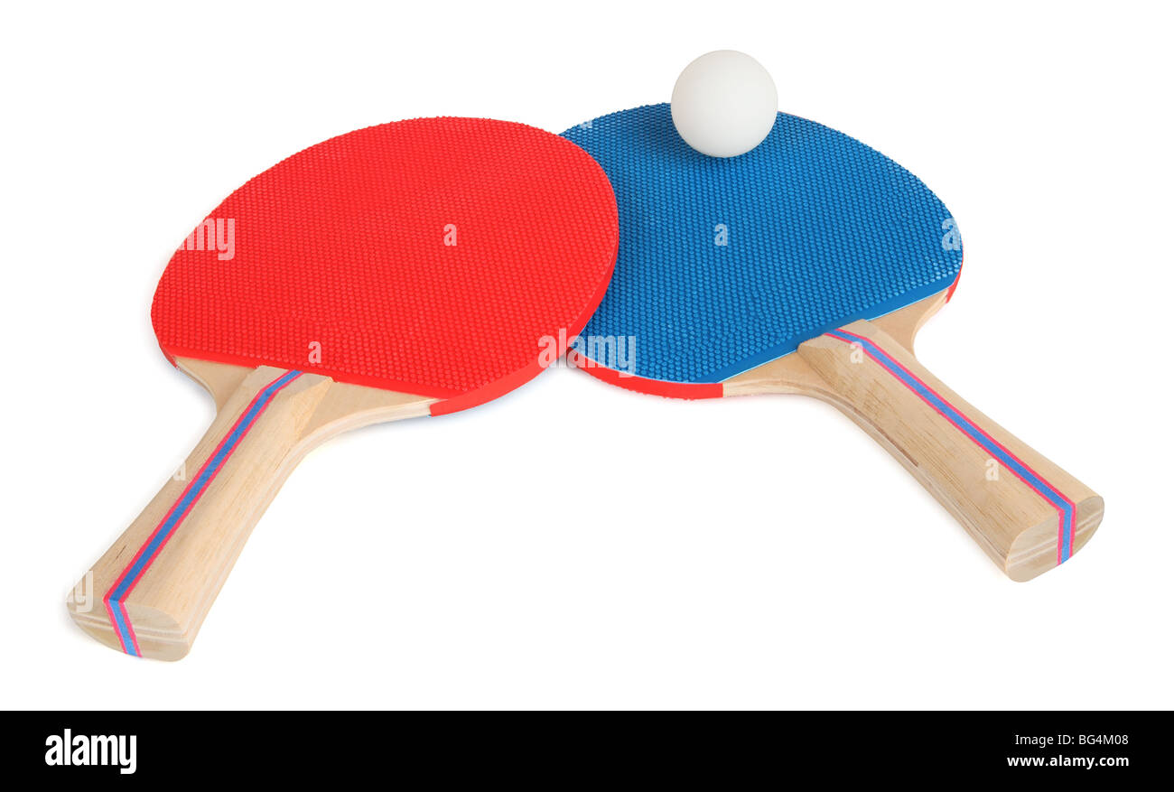 C'est un close-up de deux raquettes de tennis de table et une balle. Photo Stock