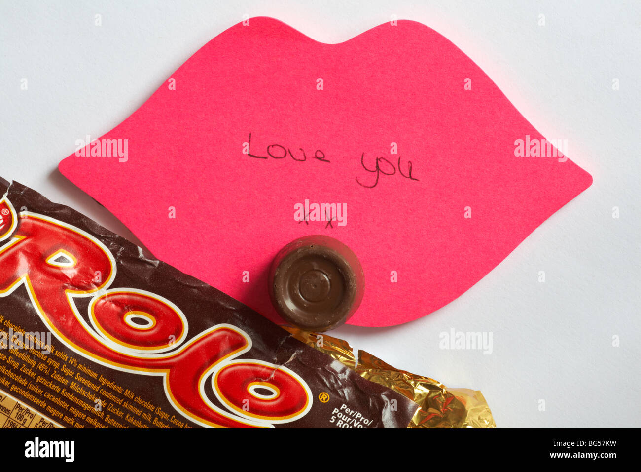 T'aime - le dernier rolo - Love you xx écrit sur les lèvres rose post-it avec le dernier rolo du paquet Photo Stock