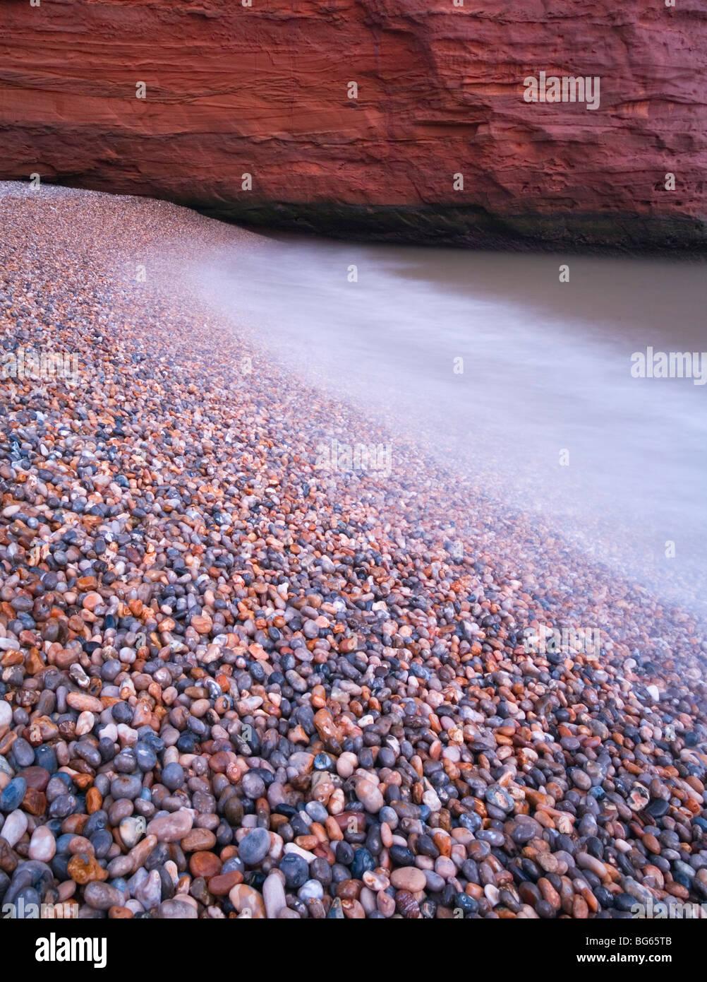 Plage de galets, détail Ladram Bay. La Côte Jurassique, site du patrimoine mondial. Devon. L'Angleterre. Photo Stock