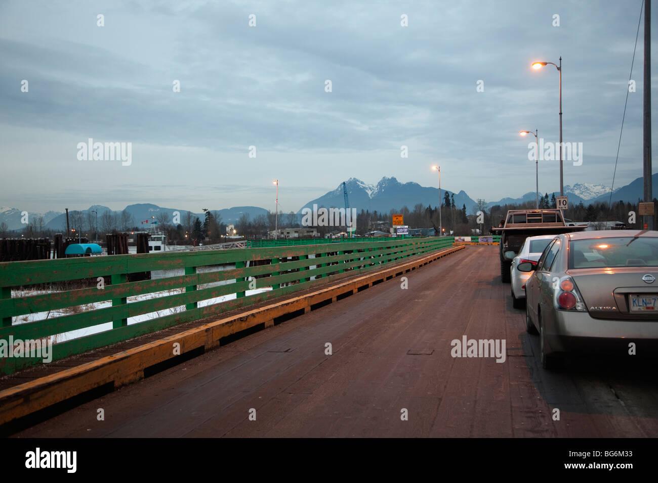 Une file de voitures attendant le traversier Albion, Fraser River, Fort Langley, BC, Canada Photo Stock